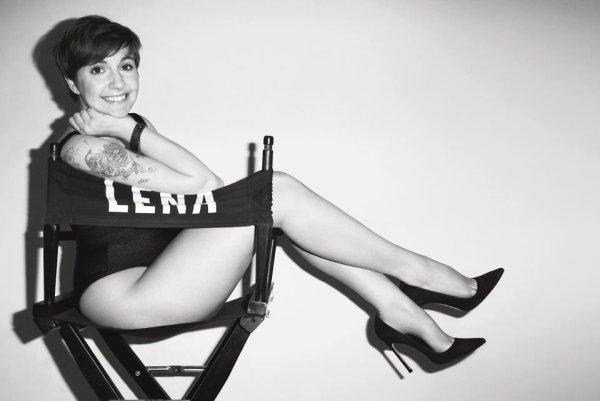 Lena Dunham pose pour V magazine.