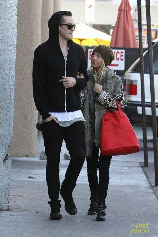 Ashley Tisdale de sortie avec son boyfriend.
