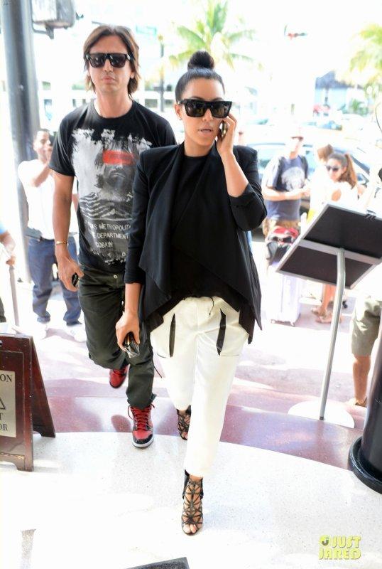 Kim Kardashian de sortie pour déjeuner avec un ami. Miami