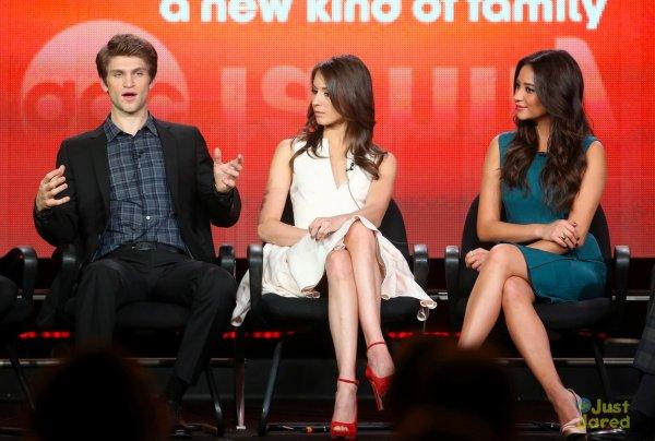 Les acteurs de Pretty Little Liars sur le plateau d'une émission.