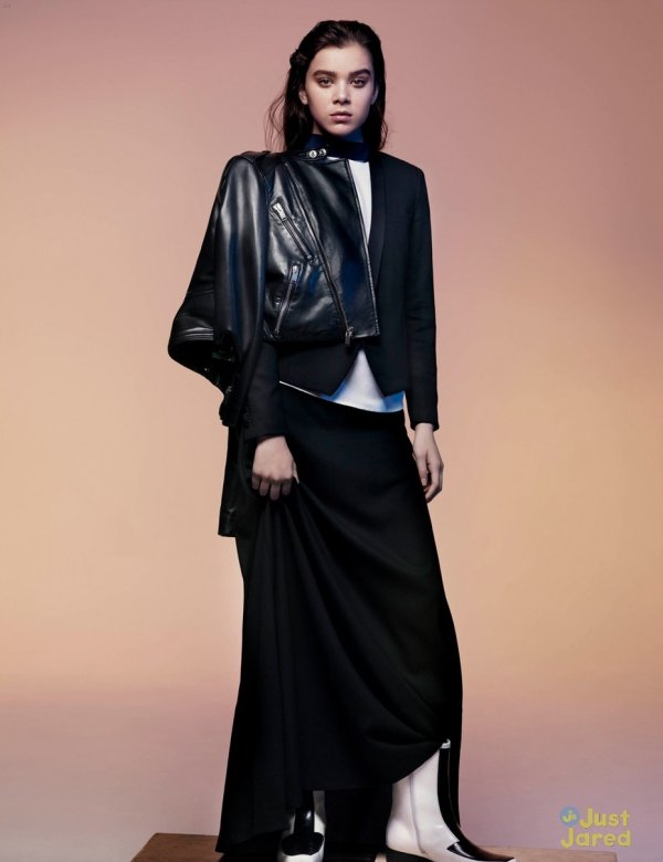 Hailee Steinfeld pose pour V magazine.
