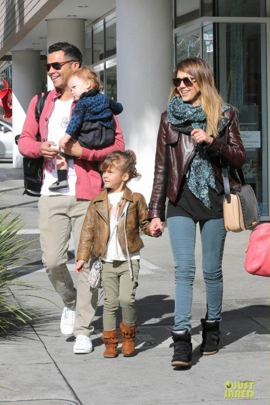 Jessica Alba de sortie en famille. Beverly Hills, Californie