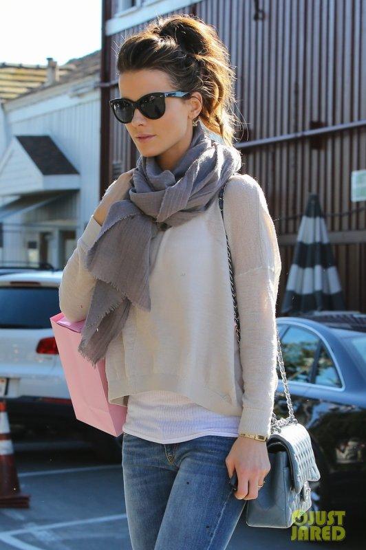 Kate Beckinsale fait du shopping. Brentwood, Californie