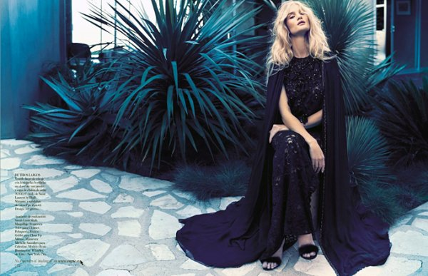 Rosie Huntington Whiteley pose pour Vogue.