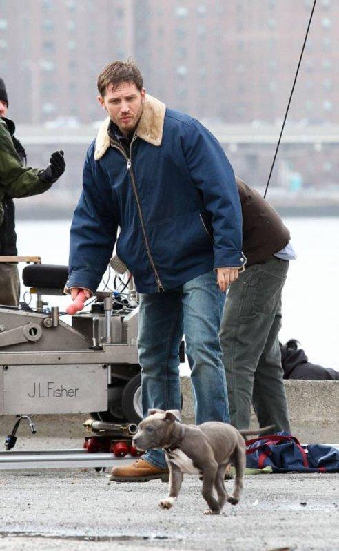 Tom Hardy sur le tournage d'un film.
