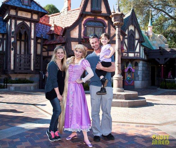 Sarah Michelle Gellar en famille chez Disneyland. Anaheim, Californie