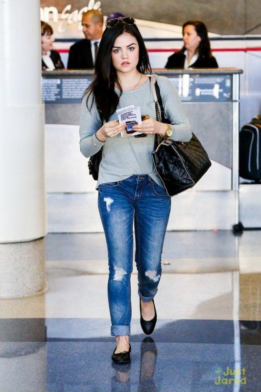 Lucy Hale à l'aéroport.