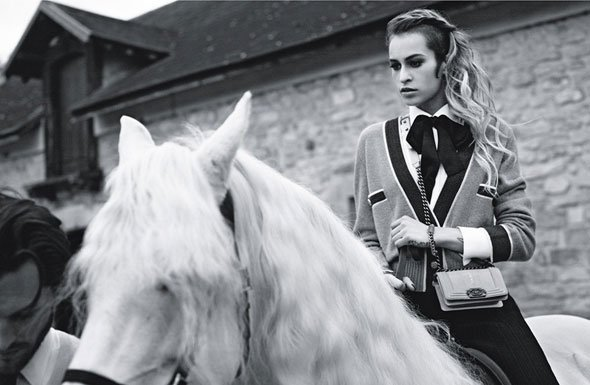 Alice Dellal pose pour Chanel.