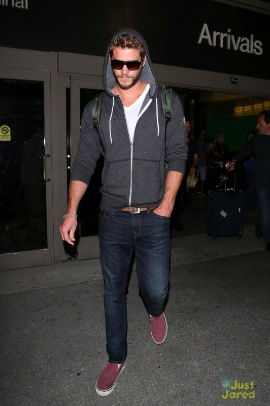Liam Hemsworth à l'aéroport LAX. Los Angeles