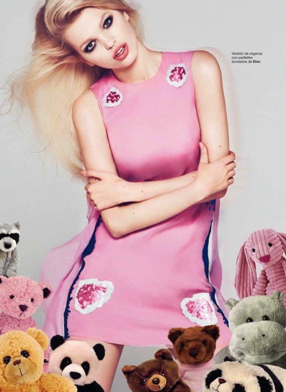Daphne Groeneveld pose pour Harper's Bazaar.