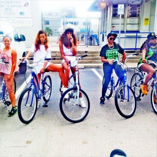 Rihanna fait du vélo avec des amies. Floride
