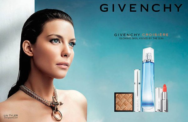 Liv Tyler pose pour Givenchy.