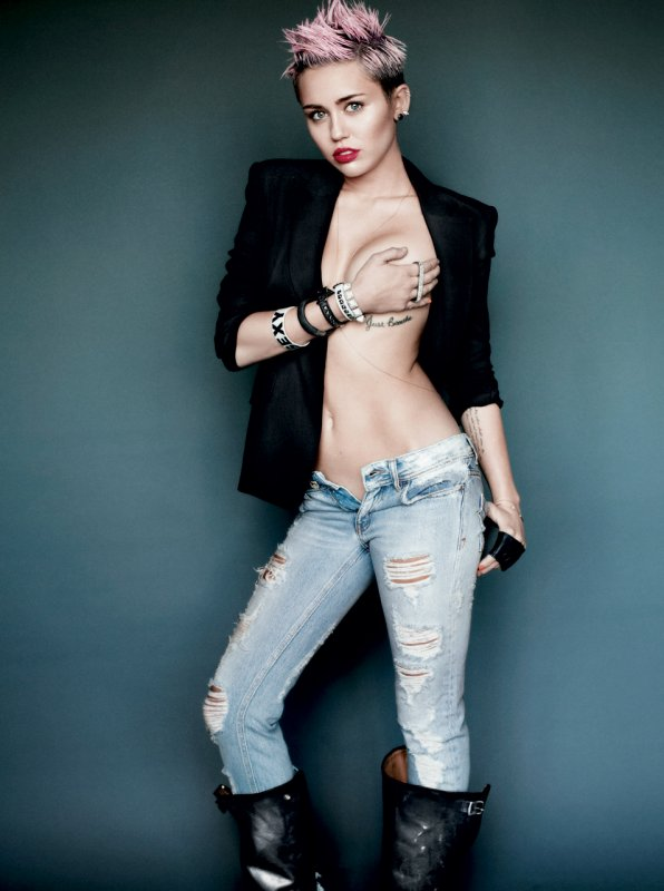 Miley Cyrus pose pour V magazine.