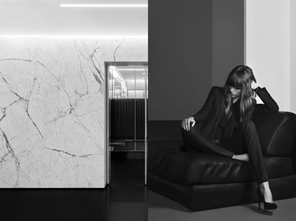 Freja Beha pose pour Saint Laurent.