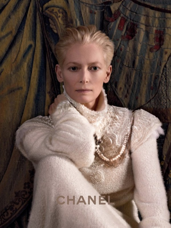 Tilda Swinton pose pour Chanel.