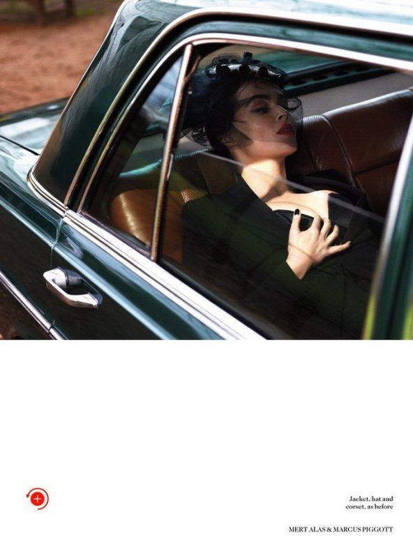 Helena Bonham Carter pose pour Vogue.