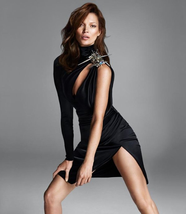 Kate Moss pose pour Versace.