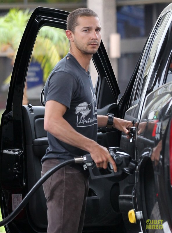 Shia Labeouf fait de l'essence. Sherman Oaks, Californie