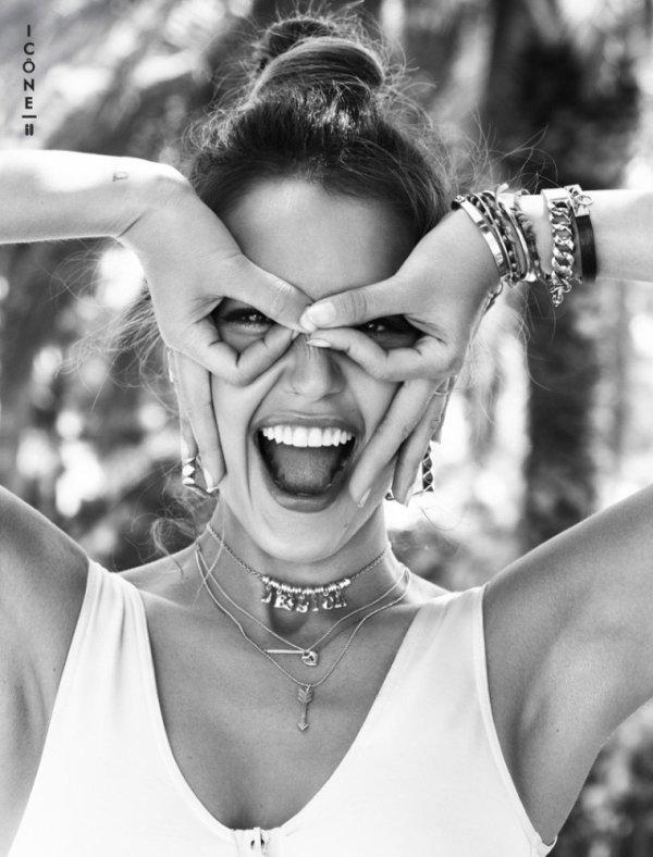 Jessica Alba pose pour Glamour.