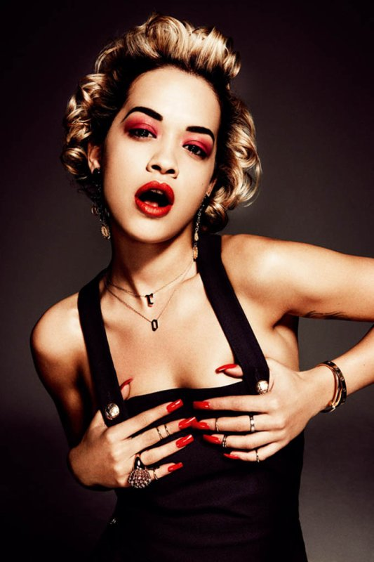 Rita Ora pose pour Interview.