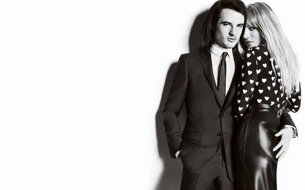 Sienna Miller et Tom Sturridge posent pour Burberry.