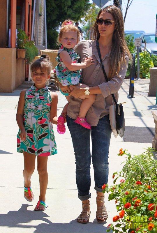 Jessica Alba et ses filles vont à une fête d'anniversaire. Brentwood, Californie