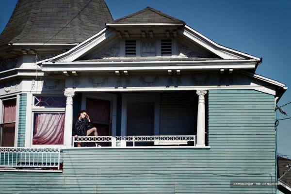 Lily Collins pose pour Flaunt.