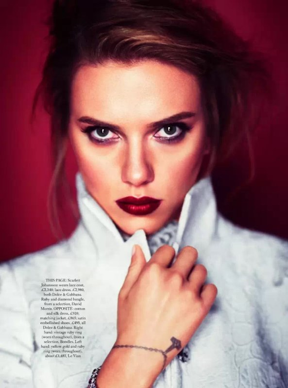 Scarlett Johansson pose pour Harper's Bazaar.