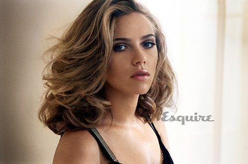 Scarlett Johansson pose pour Esquire.