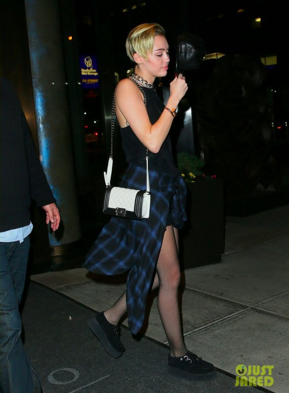 Miley Cyrus sort de son hôtel. New York