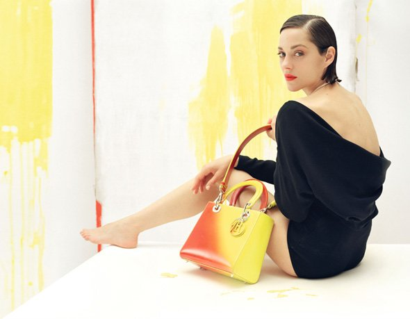 Marion Cotillard pose pour Lady Dior.