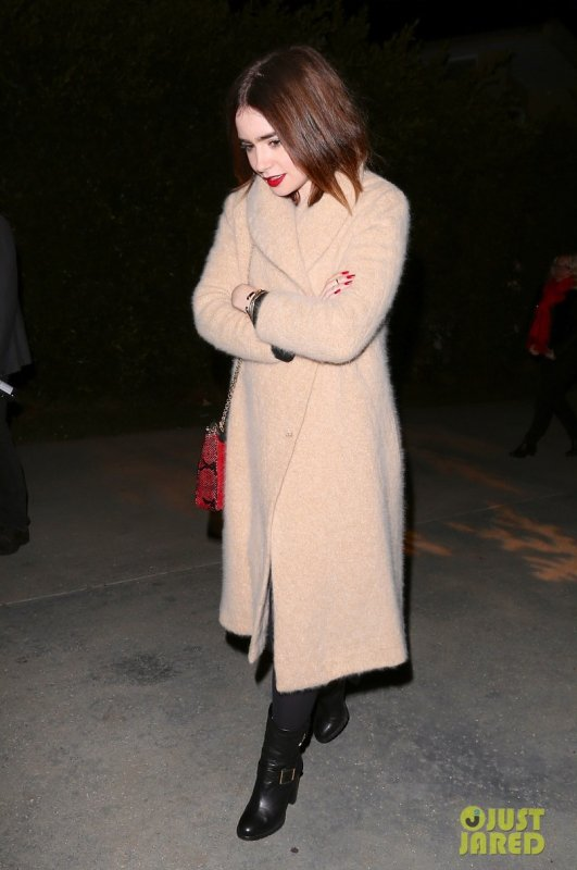 Lily Collins quitte une fête. Calabasas, Californie