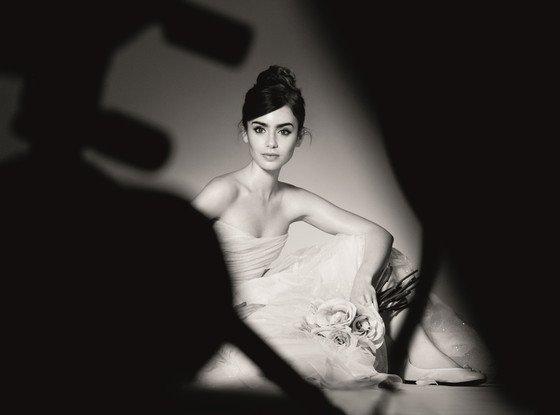 Lily Collins pose pour Lancôme.