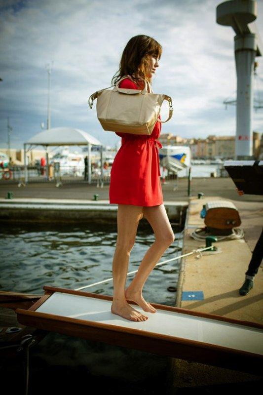 Alexa Chung pose pour Longchamp. printemps / été 2014