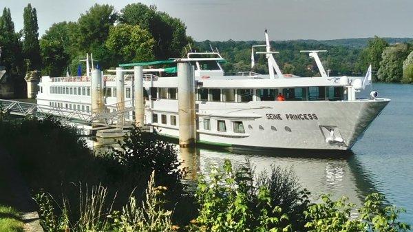 Navire de croisière,amarré,bord de Seine, Yvelines.