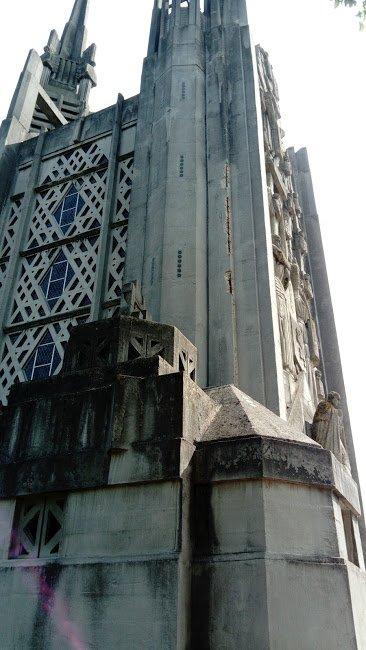 Eglise, entièrement, en béton, même les sculptures, Aubergenville, Yvelines.