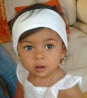 Moi avec les yeux bleu je resemble à ma mère mandy kan elle été petite