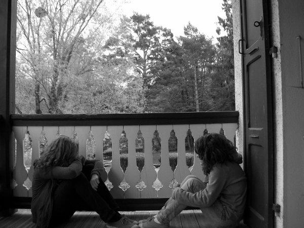 Un ami sincère peut faire naître un sourire, quand nous sommes abattus et que rien ne va plus. Un ami sincère peut comprendre nos épreuves et d'une simple poignée de main nous remettre en chemin. Un ami sincère est fait pour partager nos rêves les plus secrets tout en demeurant discret. Un ami sincère vaut plus que de l'or, car au fond de son coeur, il ne veut que notre bonheur. ♥