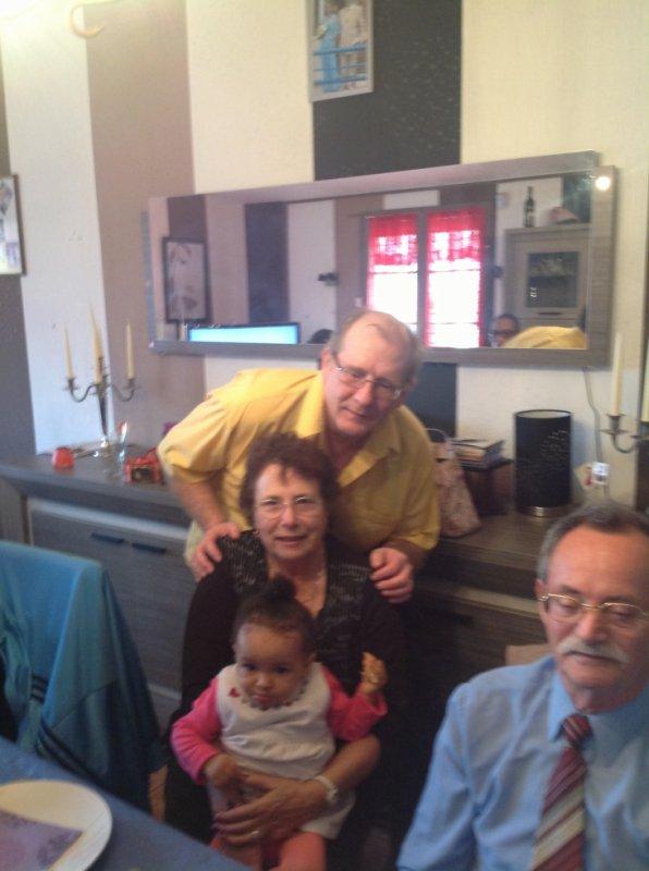 mes parents, et  mon mari, dérrière, qui fait la surprise, et ma jolie petite Ornella