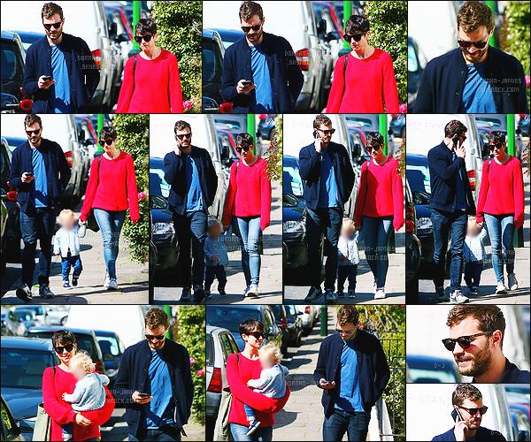 . 07/04/15 : Jamie Dornan et sa petite famille ont été vu allant déjeuner dans restaurant toujours à -Londres.  Une nouvelle sortie pour Jamie mais cette fois-ci en compagnie de sa petite fille, dont j'ai flouté le visage par respect pour Jamie et sa femme ! Top. .