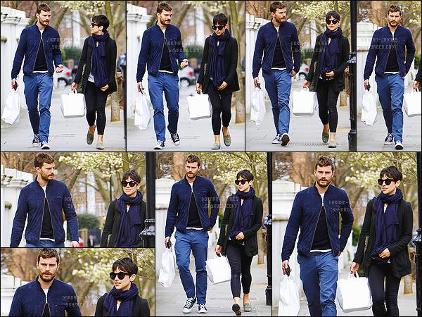 . 01/04/15 : Jamie Dornan et sa femme Amelia ont été vu par les pap's faisant un peu de shopping à Londres.  C'est dans une tenue accorder que nous retrouvons les jeunes mariés. Je donne un gros top à notre acteur, le bleu marine lui va toujours aussi bien ! .