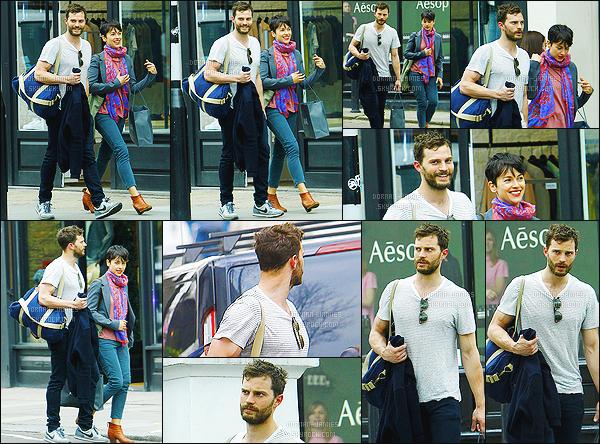 . 08/04/15 : Jamie Dornan en compagnie de sa femme a été aperçu quittant une salle de sport dans Londres.  C'est donc après une bonne séance de sport que nous retrouvons notre acteur favoris ! J'aime beaucoup la tenue qui est très simple, un gros top. .