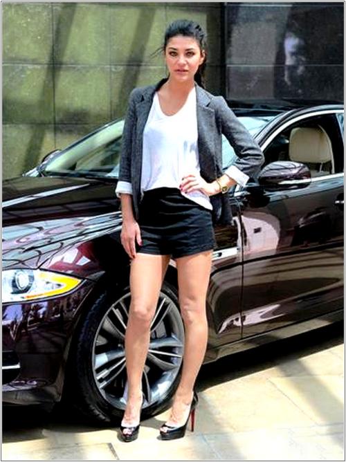 March 26th - Miami Jaguar XJ Driving Experience  Jessica est d'une telle beauté que ça en devient déconcertant ...