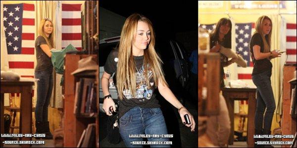 20 / 11 / 2010 : Miley faisant une performance lors de l'ouverture d'un magasin microsoft à Washington.Elle a chanté 6 chansons « Can't Be Tamed », « Robot », « The Driveaway », « Jolene », « Who Owns My Heart » et « The Climb ».   (Voir la vidéo)