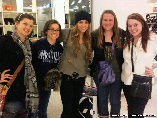 18 / 12 / 2010 : Miley posant avec des fans