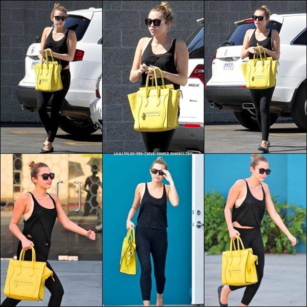 24.02.2012 : Miley est d'abord allée déjeuner chez Patty's, et elle a ensuite été vue quittant un cours de pilates, à Los Angeles.