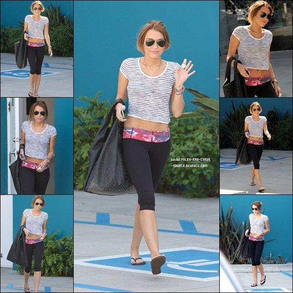 28.04.2012 : Miley et une amie faisant du shopping à Beverly Hills