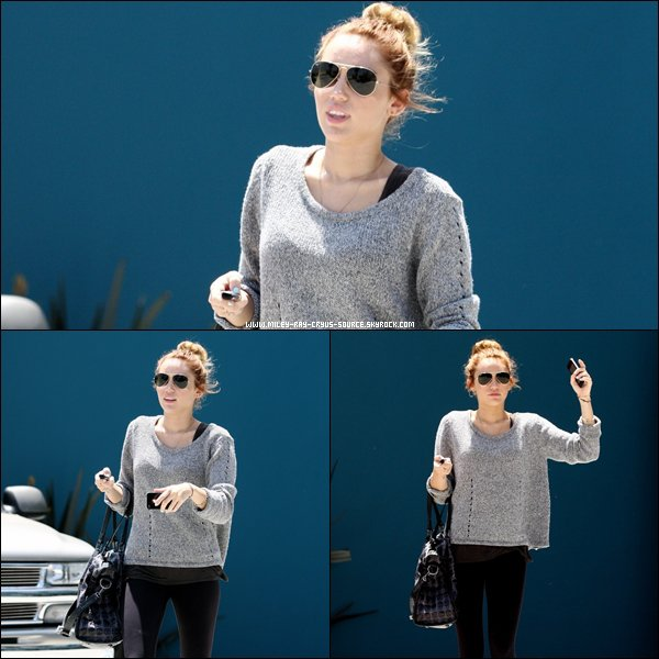 07.05.2012 : Miley quittant son cours de pilates.