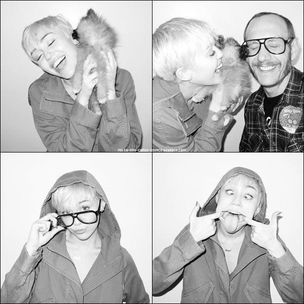 Alors qu'elle était à New York pour son Bangerz Tour, Miley a été photographiée par Thierry Richardson le 5 avril 2014. Elle était accompagnée par Moonie, chiot dont elle s'est séparée.