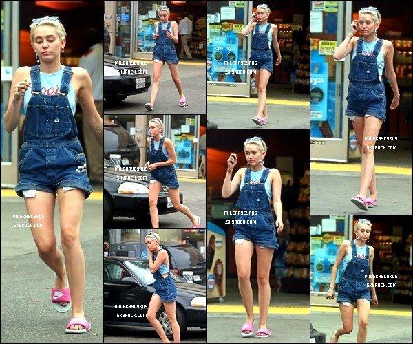 15/07/2014 : Miley a été aperçue dans une station essence à Hollywood.